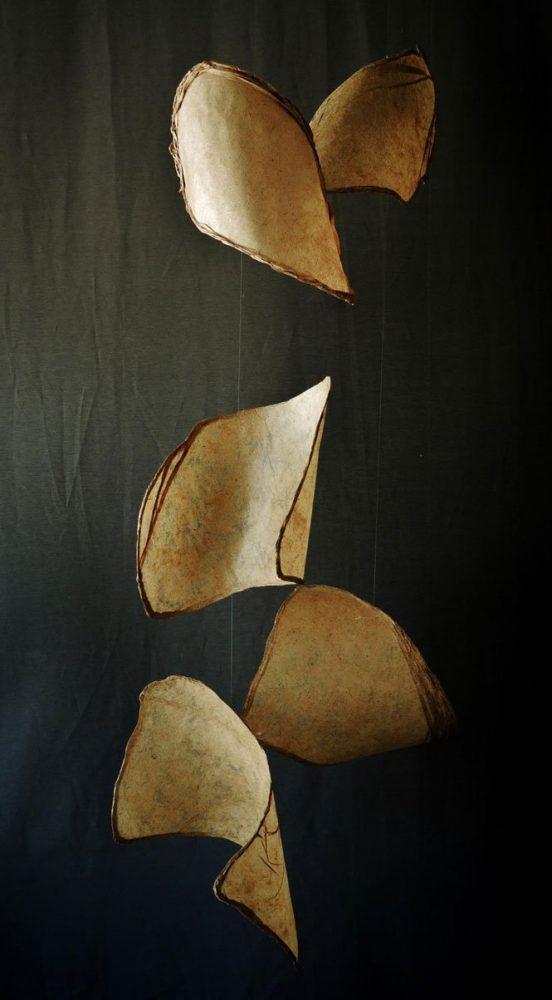 Papel de plátano y de ave de paraíso hechos a mano, hilo de nylon y alambre. 171 x 80 x 80 cm. (sonoridad alta)