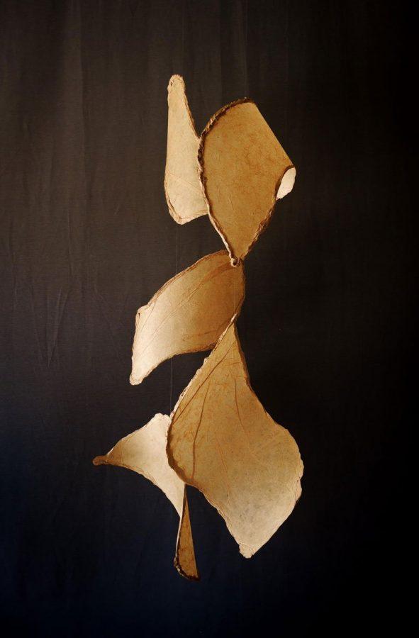 Papel de plátano hecho a mano, hilo de nylon y alambre. 150 x 80 x 80 cm. (sonoridad alta)