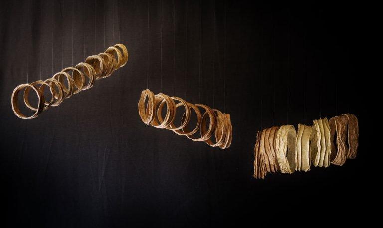 Papel hecho a mano de fibras diversas, hilo de nylon y alambre. 103 x 150 x 60 cm. (sonoridad media)