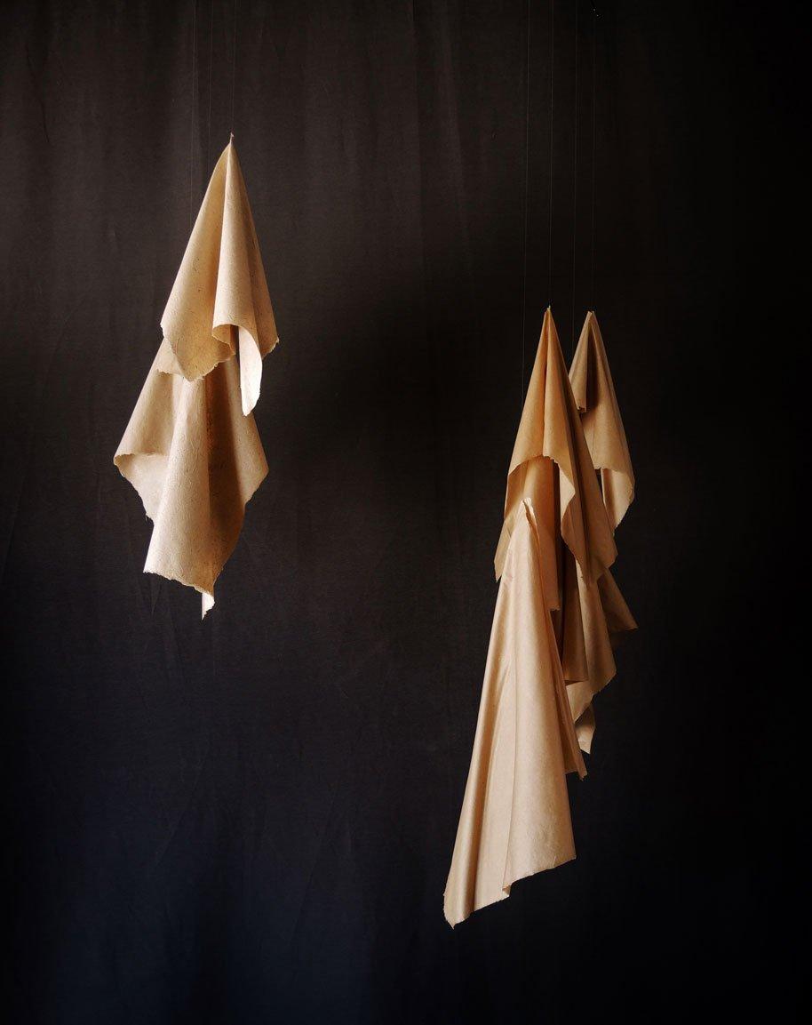 Papel de pochote hecho a mano (Arte Papel Vista Hermosa, Oaxaca), hilo de nylon y alambre. 155 x 115 x 70 cm. (sonoridad alta)