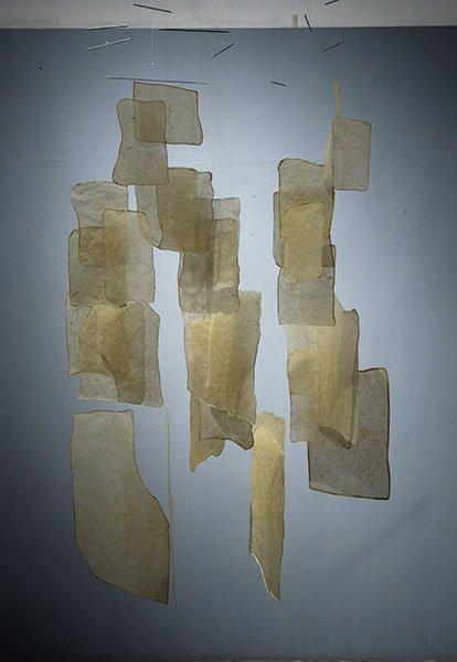 Papel de maíz hecho a mano, hilo de nylon y alambre. 160 x 120 x 125 cm.