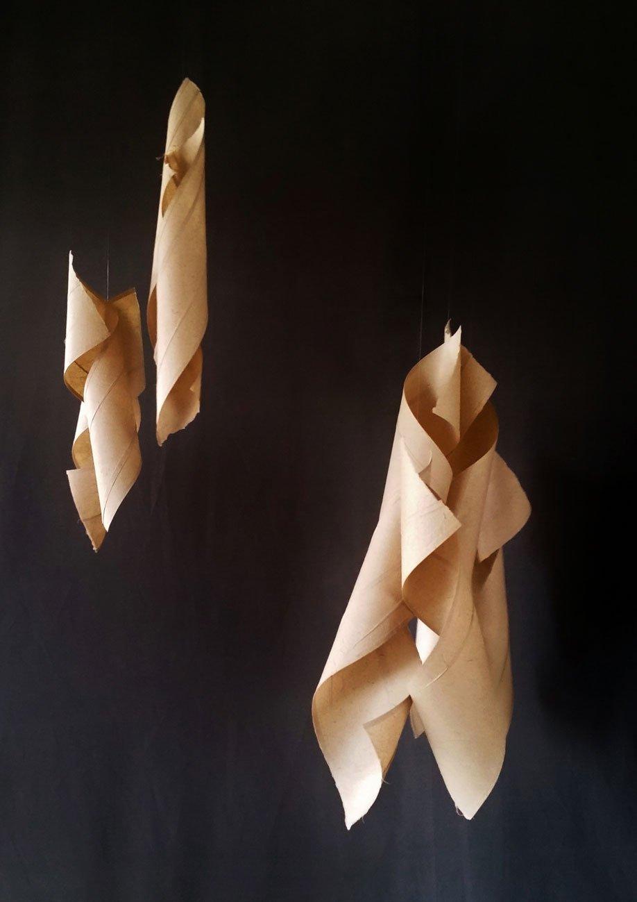 Papel de pochote hecho a mano (Arte Papel Vista Hermosa, Oaxaca), hilo de nylon y alambre. 150 x 105 x 70 cm. (sonoridad alta)