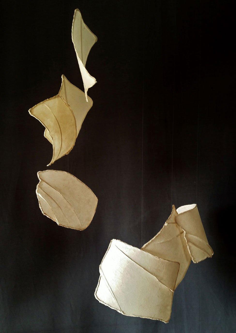 Papel de agave espadín hecho a mano, hilo de nylon y alambre. 150 x 100 x 80 cm. (sonoridad media)