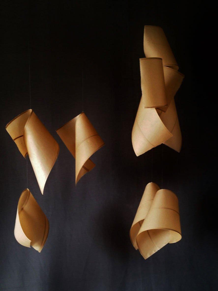 Papel de pochote hecho a mano (Arte Papel Vista Hermosa, Oaxaca), hilo de nylon y alambre. 141 x 105 x 65 cm. (sonoridad alta)