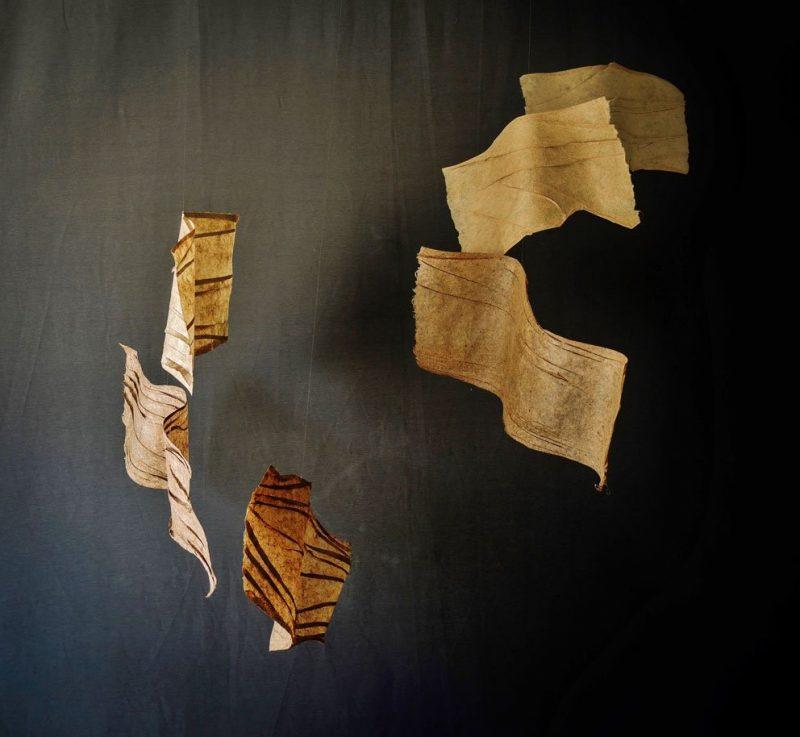 Papel de plátano hecho a mano, hilo de nylon y alambre. 153 x 152 x 93 cm. (sonoridad alta)