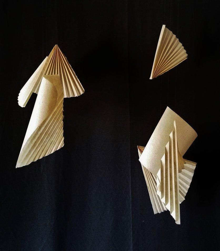 Papel de agave espadín hecho a mano, hilo de nylon y alambre. 133 x 115 x 70 cm. (sonoridad baja)