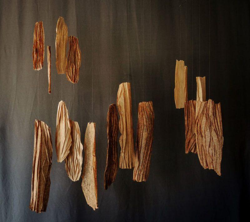Papel de plátano hecho a mano, hilo de nylon y alambre. 149 x 150 x 65 cm. (sonoridad alta)