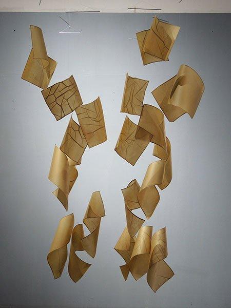 Papel de pochote hecho a mano (Arte Papel Vista Hermosa, Oaxaca), hilo de nylon y alambre. 160 x 55 x 110 cm.