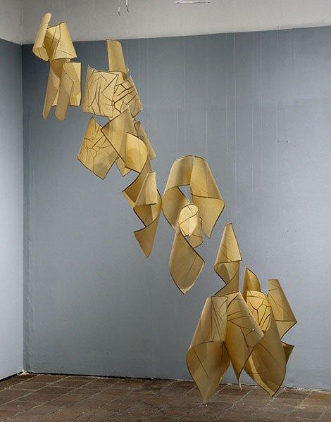 Papel de pochote hecho a mano (Arte Papel Vista Hermosa, Oaxaca), hilo de nylon y alambre. 165 x 130 x 115 cm.
